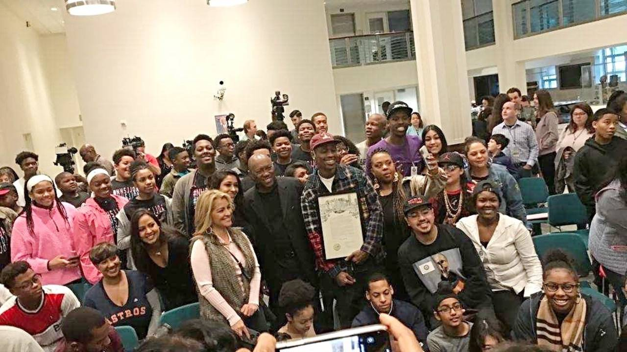 Travis Scott takes pictures with students_1542588868248.jpg.jpg