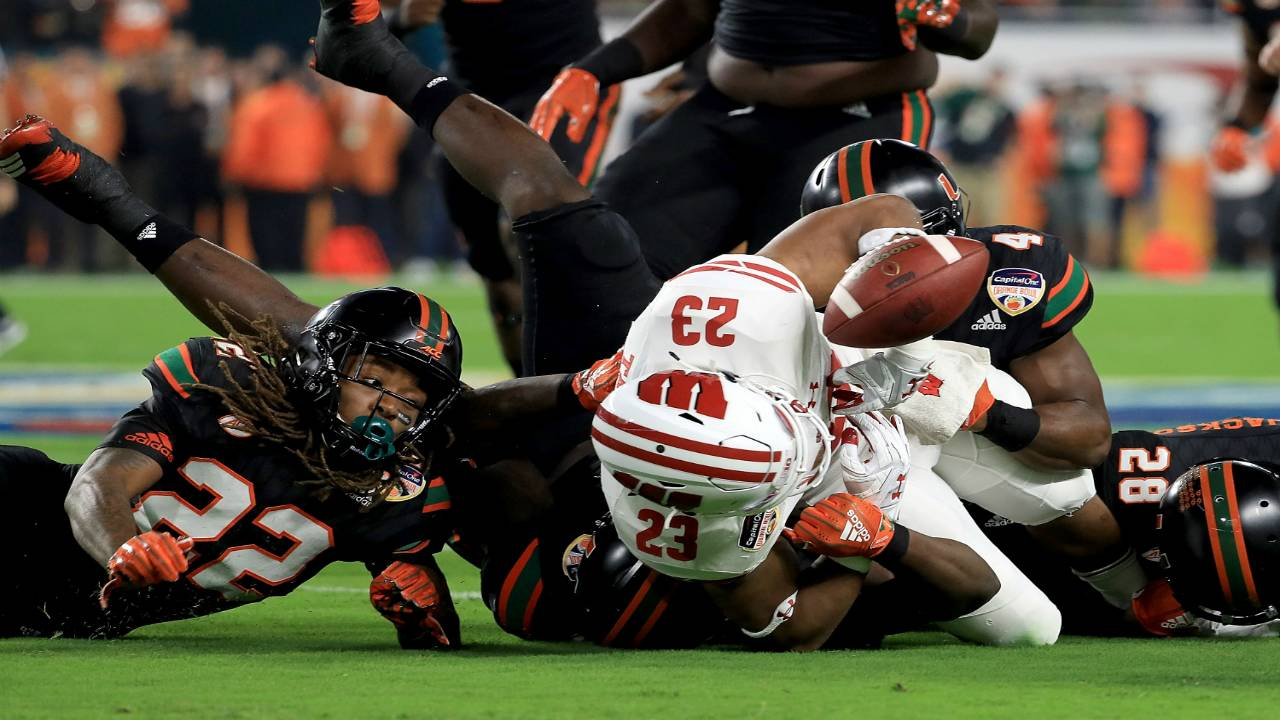 Wisconsin Badgers RB Jonathan Taylor fumbles in 2017 Orange Bowl