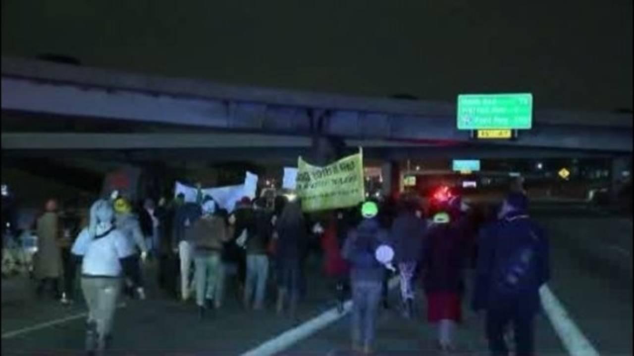 protesters block I-75 in Detroit 1_29930266