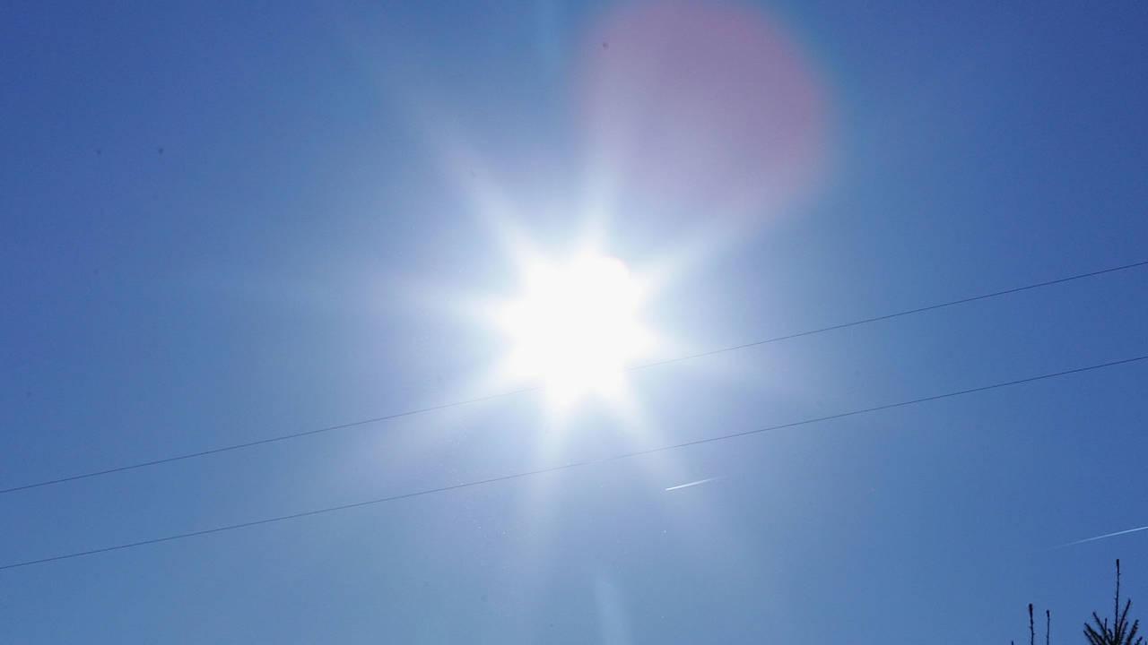 sun shining in blue sky, sunshine closeup57798255-75042528