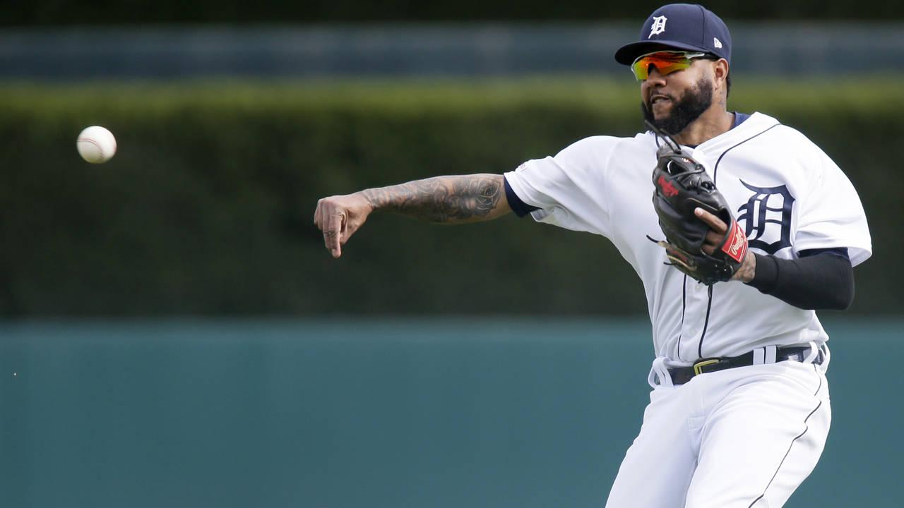 Ronny Rodriguez throw Detroit Tigers vs Royals 2019