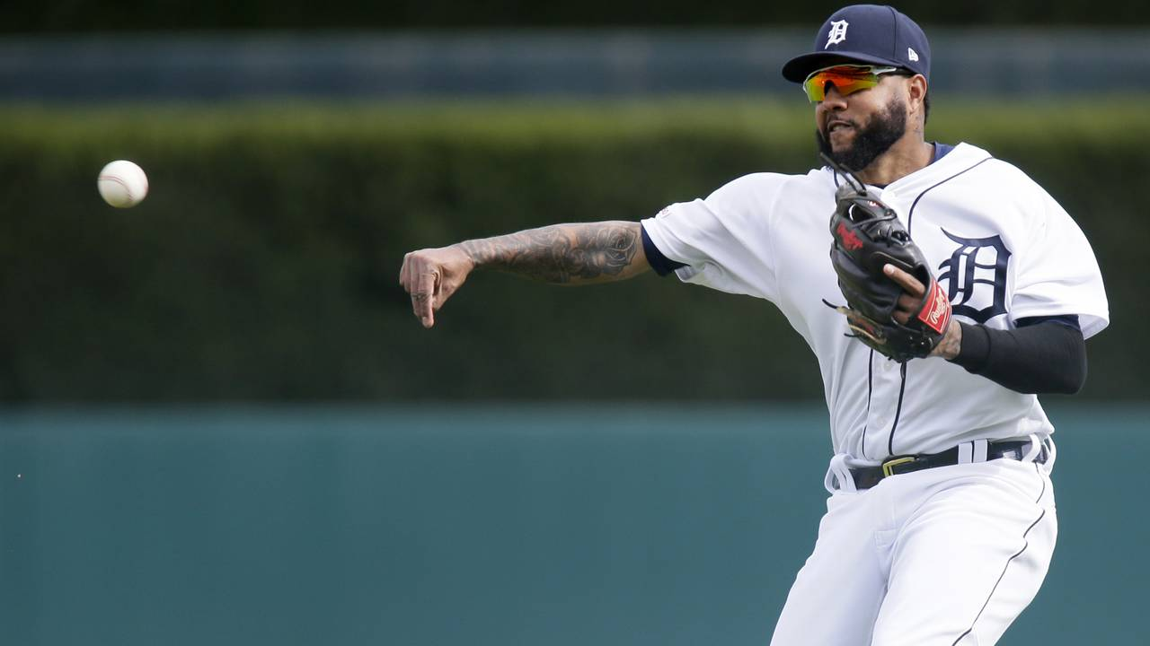 Ronny Rodriguez throw Detroit Tigers vs Royals 2019