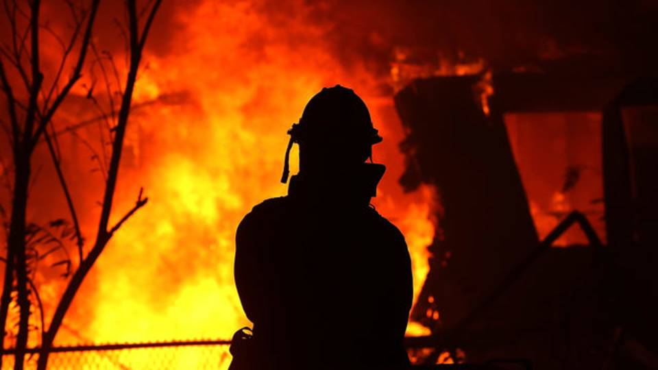 firefighter watches burning home, California's Camp Fire08914673-75042528
