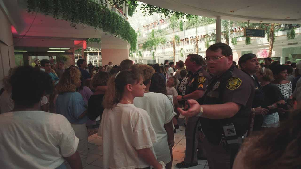 Fashion Mall stampede after Luke Perry appearance in 1991, SunSentinel photo