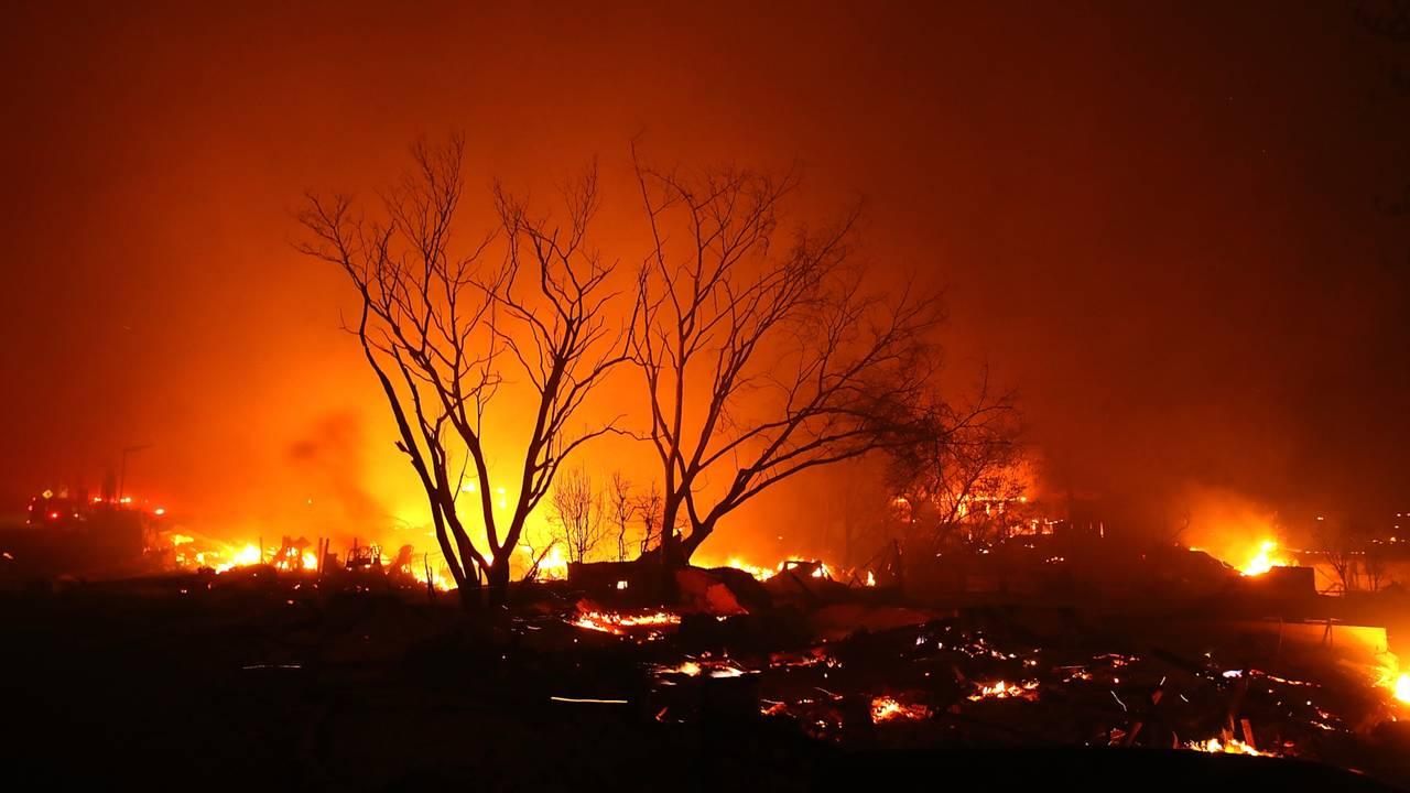 Camp Fire burns through Paradise, California32816609-75042528