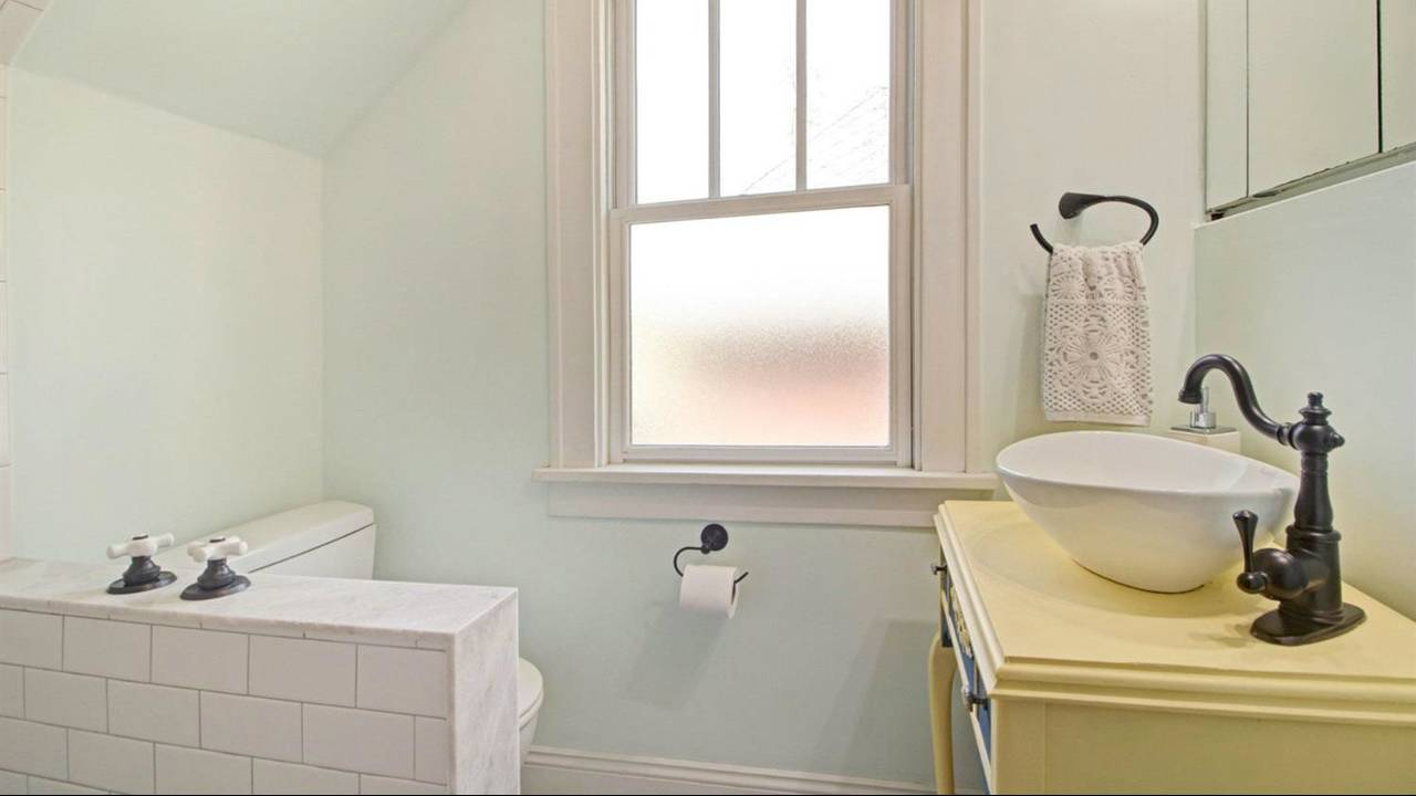 525 N Ashley Street bathroom