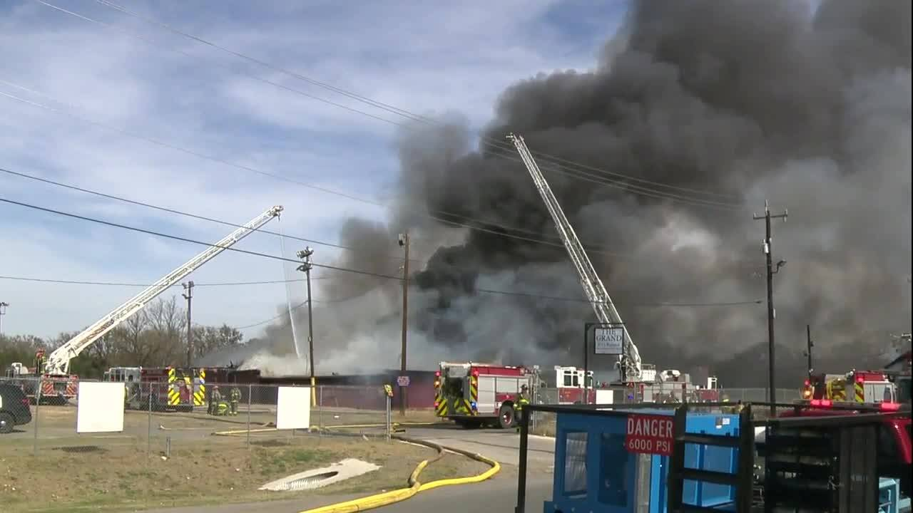Video Firefighters battle East Side building fire Ground level_20170207203600