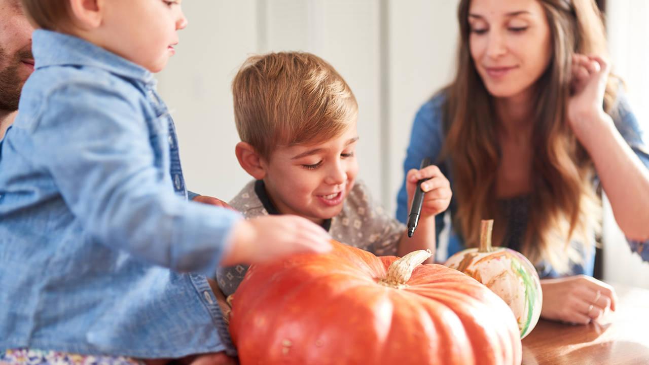 pumpkin carving25156342-75042528