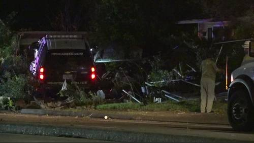 HPD cruiser loses control, ends up in man's front yard