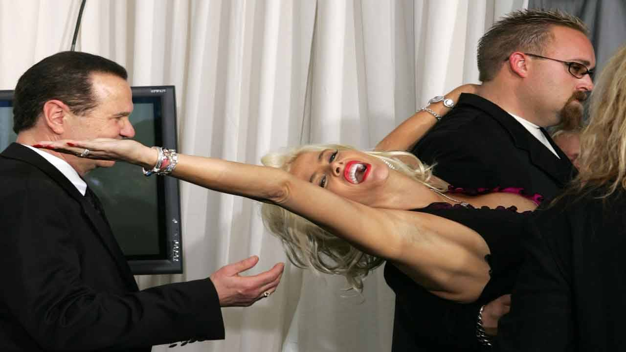 Anna Nicole Smith helped backstage after American Music Awards in 2004