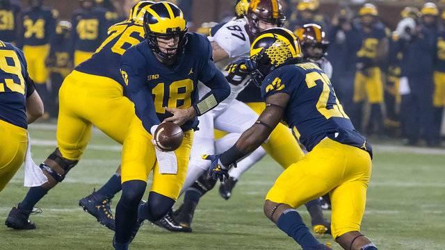 Brandon Peters hands off to Karan Higdon Michigan football vs Minnesota 2017