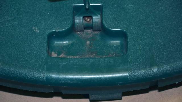 Child-proof-screw on Amari lid