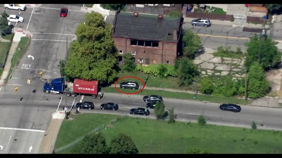 Car drives on grass to avoid police chase Detroit