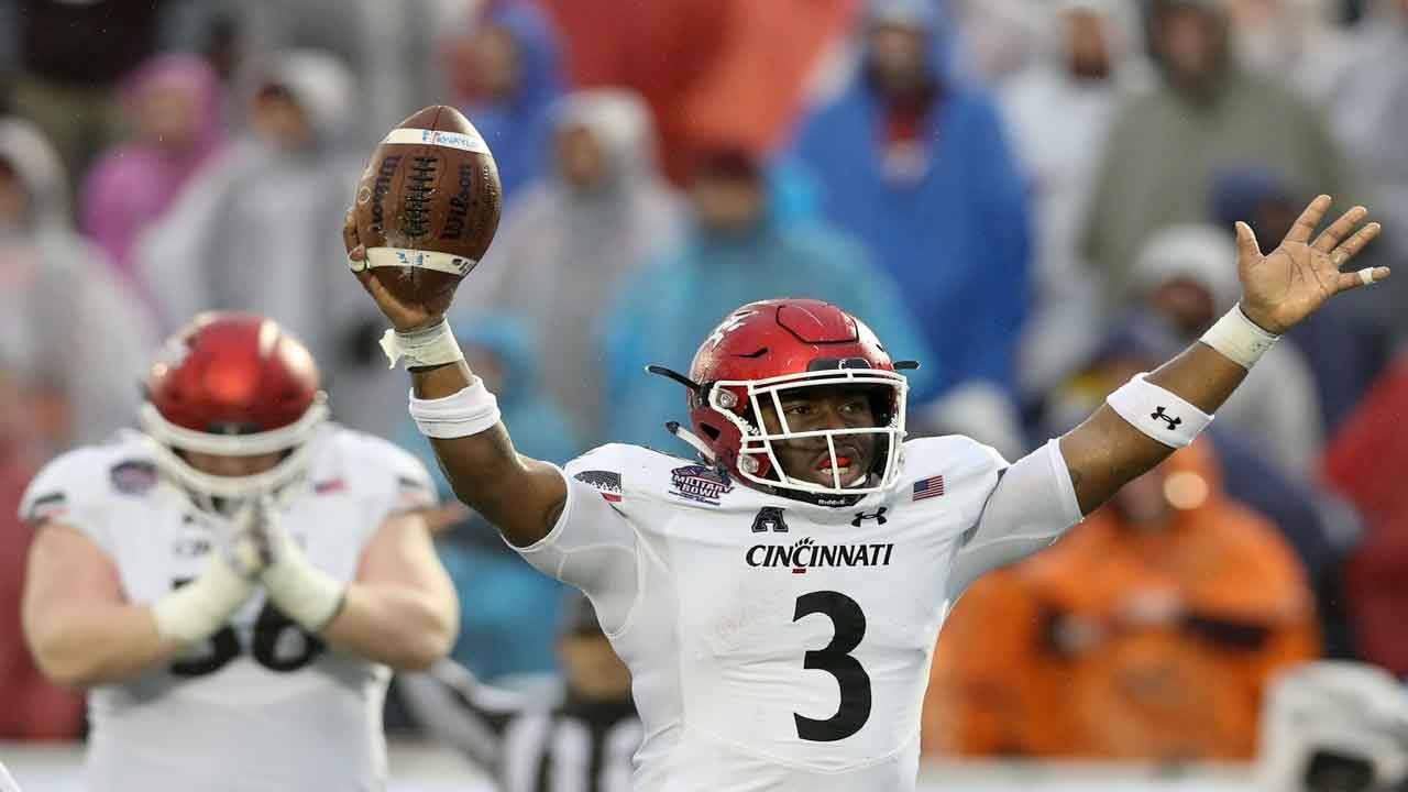 Cincinnati Bearcats running back Michael Warren II celebrates TD in 2018 Military Bowl