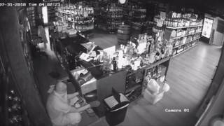 Thief caught on camera ransacking liquor store in Fort Lauderdale
