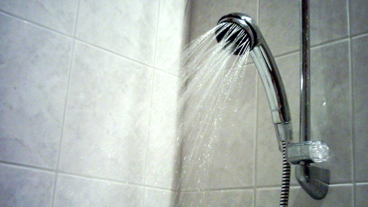shower head spraying water, bathroom00657321-75042528
