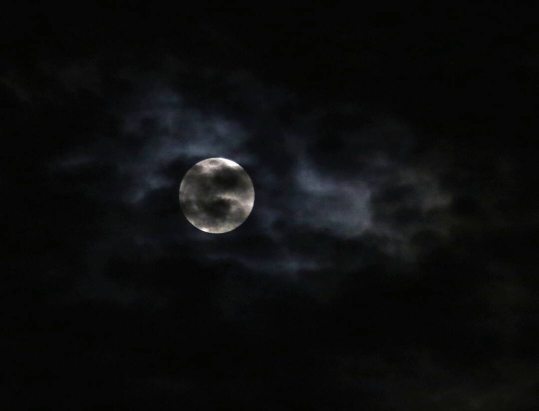 Pink moon, very cloudy.