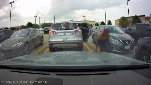 VIDEO: Woman's purse stolen from front seat while she was loading groceries