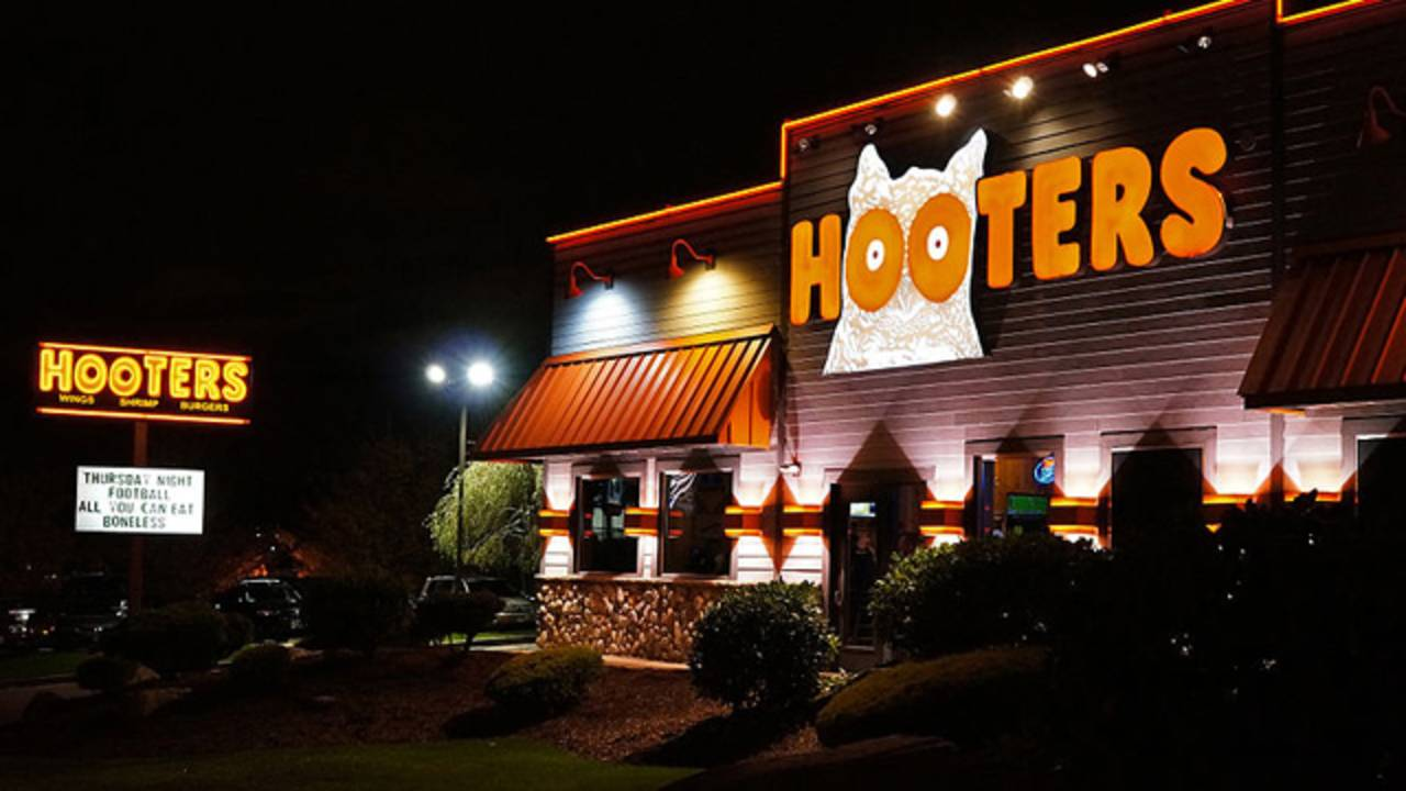 man sues hooters