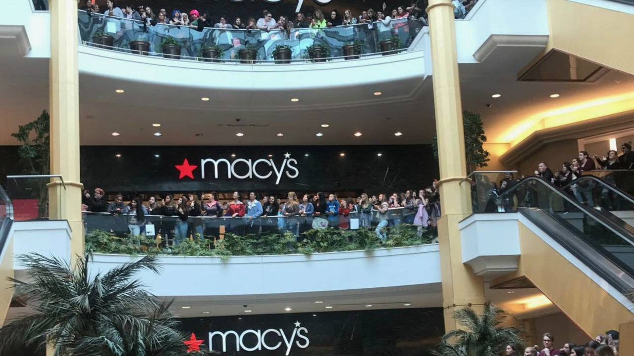 Hundreds pack Somerset Collection in Troy to see celebrity...