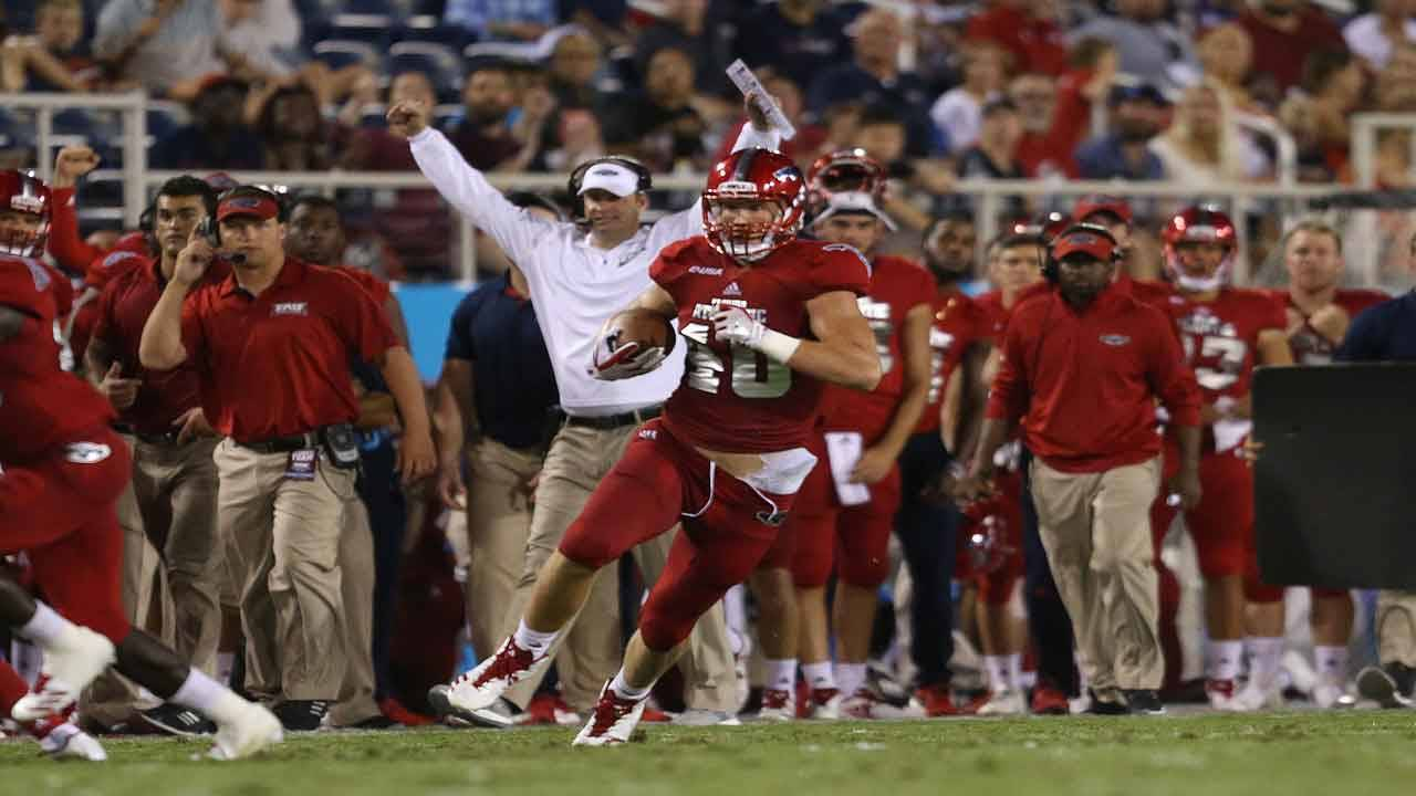 FAU Owls tight end Harrison Bryant runs with ball vs Middle Tennessee in 2017