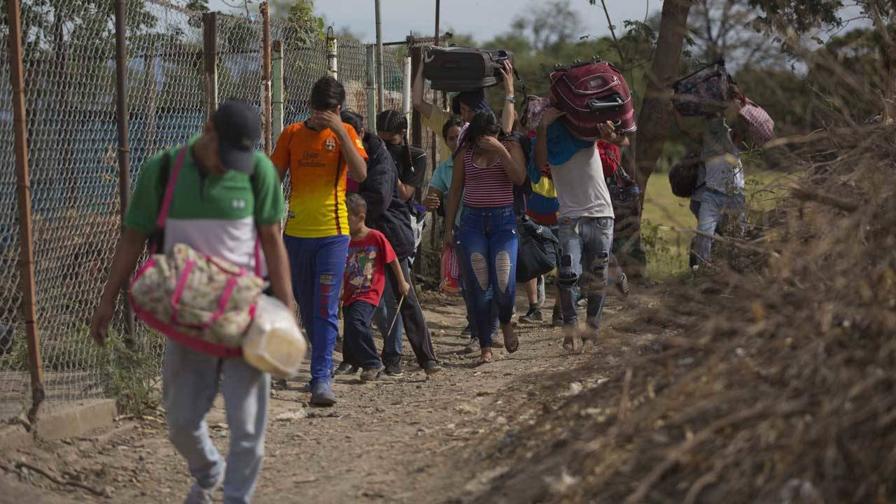 Venezuelans illegally cross into Colombia