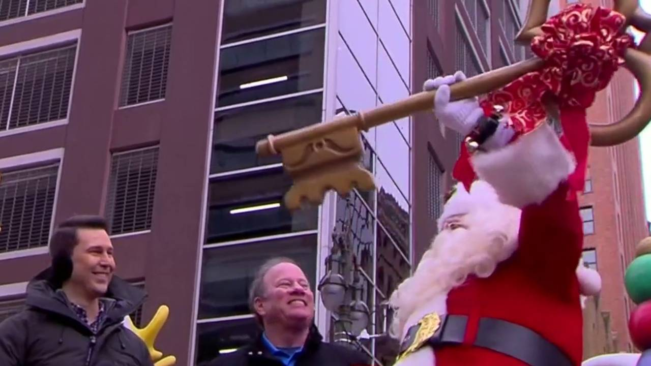 Detroit mayor Mike Duggan presents Santa Claus with the Key to the City at annual parade 20181122173645.jpg