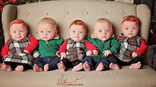 6 month old quintuplets dazzle in cute christmas card photo shoot - What To Get A 6 Month Old For Christmas