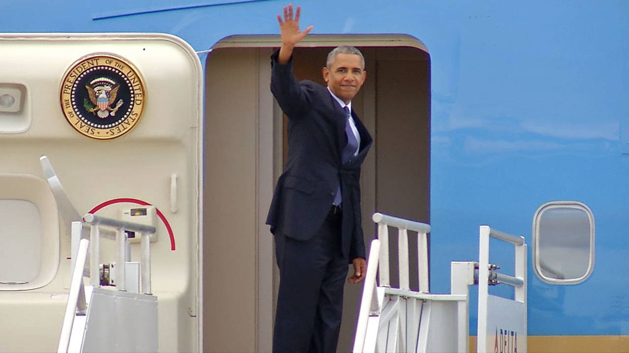 Obama waves goodbye before Air Force One leaves Jacksonville International Airport