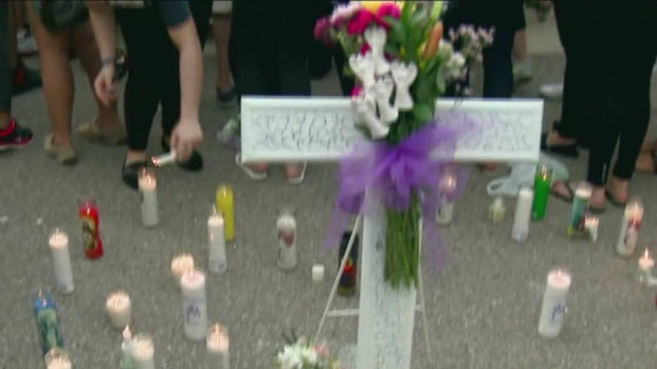 Vigil held for teen crash victims_32916076
