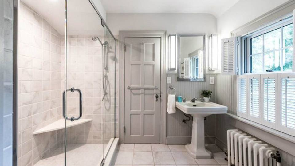 2204 Lafayette Rd master bathroom