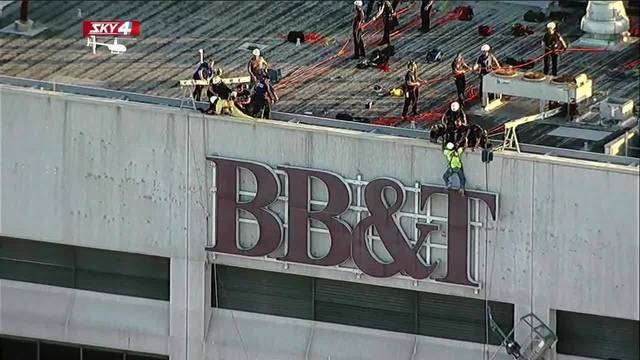 Dangled workers rescued from BB&T building20180220034130.jpg