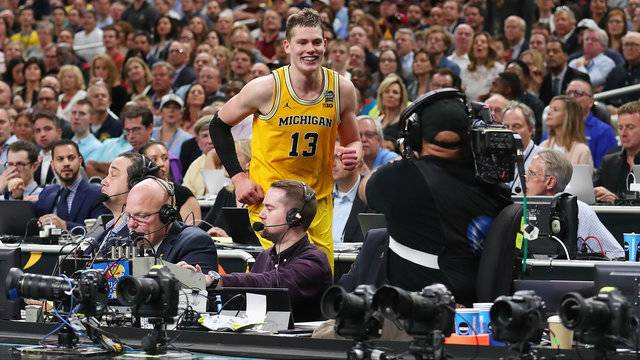 Moritz Wagner jumps over announcers Michigan basketball vs Loyola-Chicago 2018 Final Four