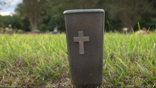 Thieves stealing vases from Rosenberg cemetery