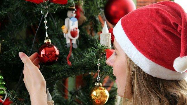 people who put up holiday decorations early are happier according to study