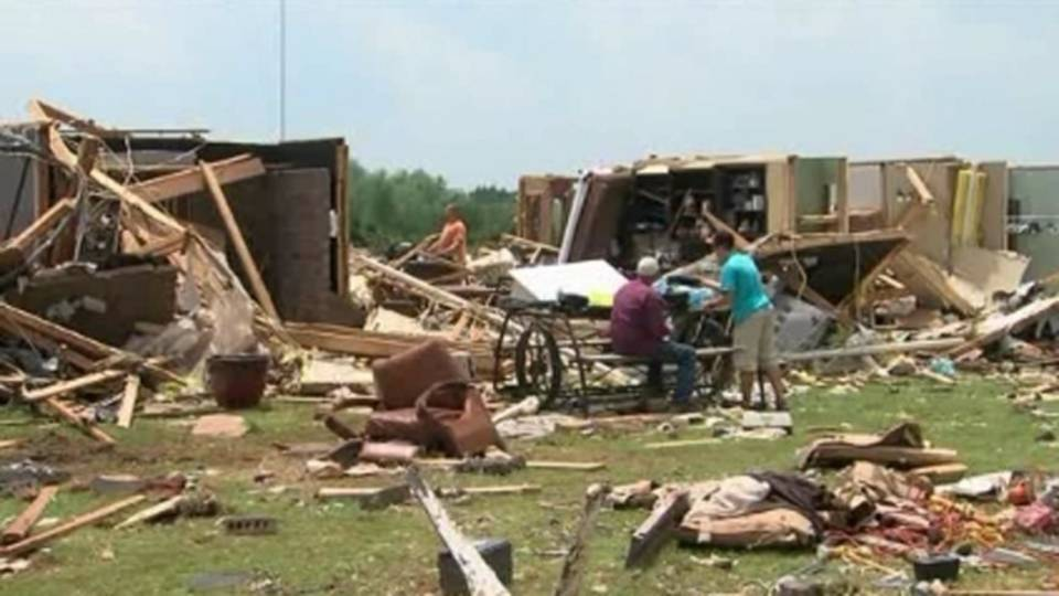 Family hides in cellar during tornado_20235508
