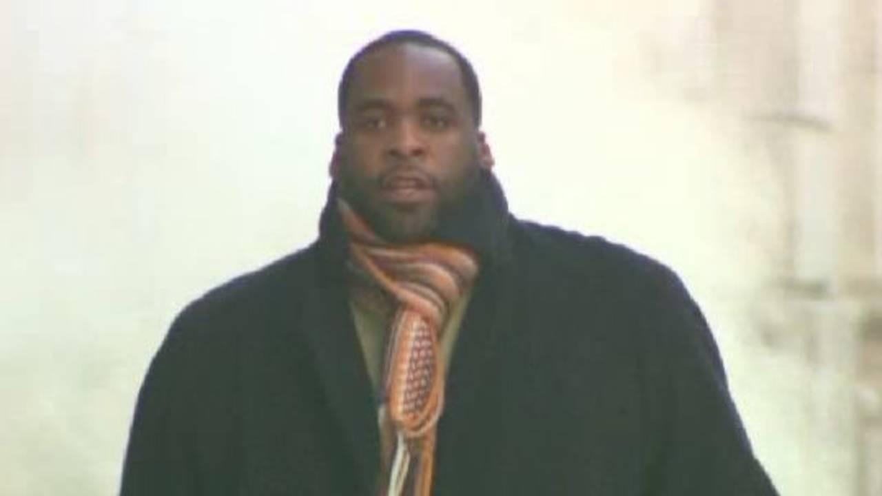 Kwame Kilpatrick leaving court on Dec 5th_17667070