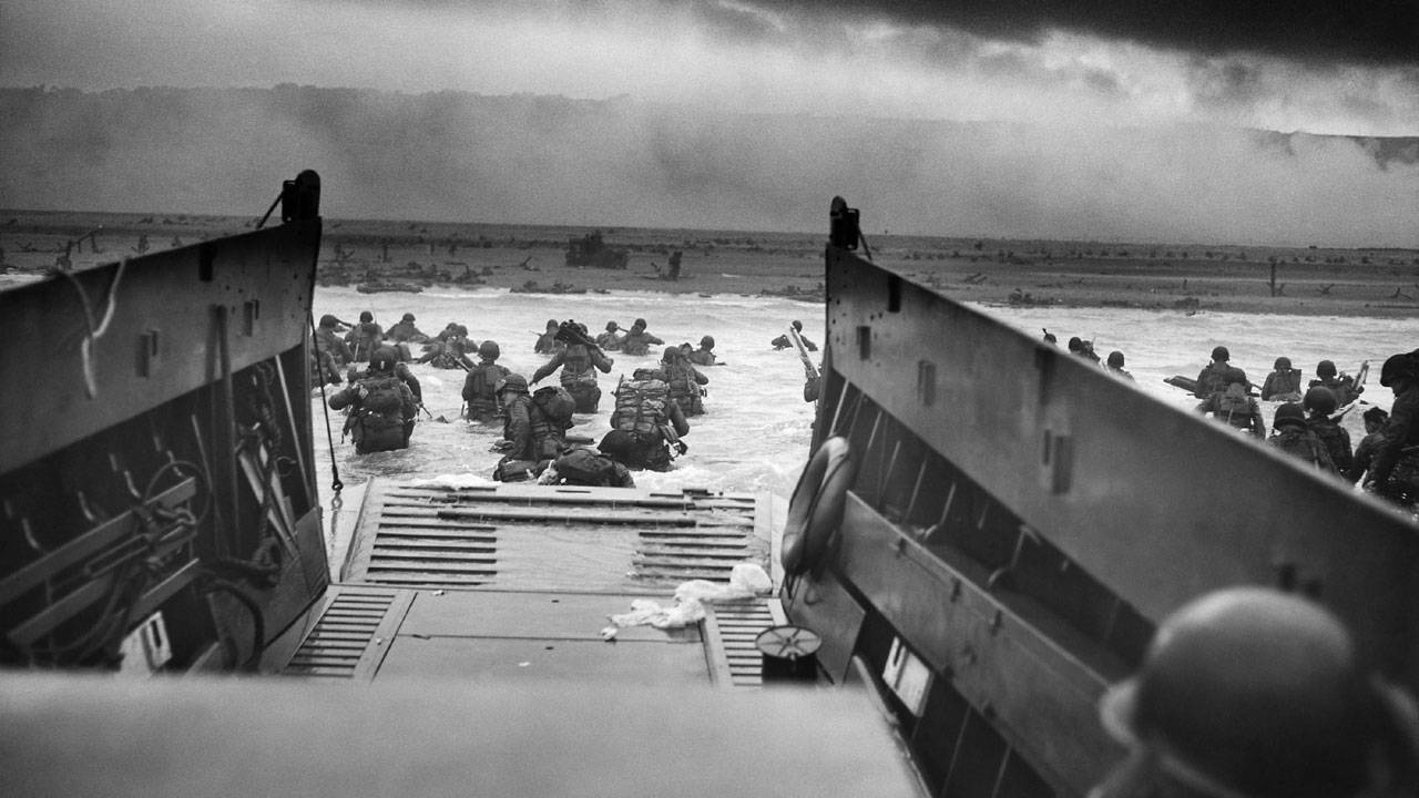 landing craft disembarks US troops at Omaha Beach on D-Day20042654-75042528