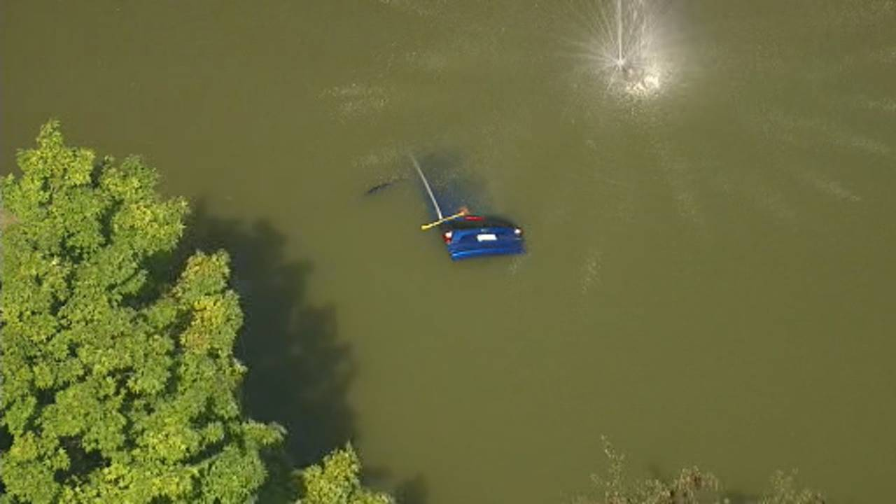 Car crashes into pond Waterford Township 1