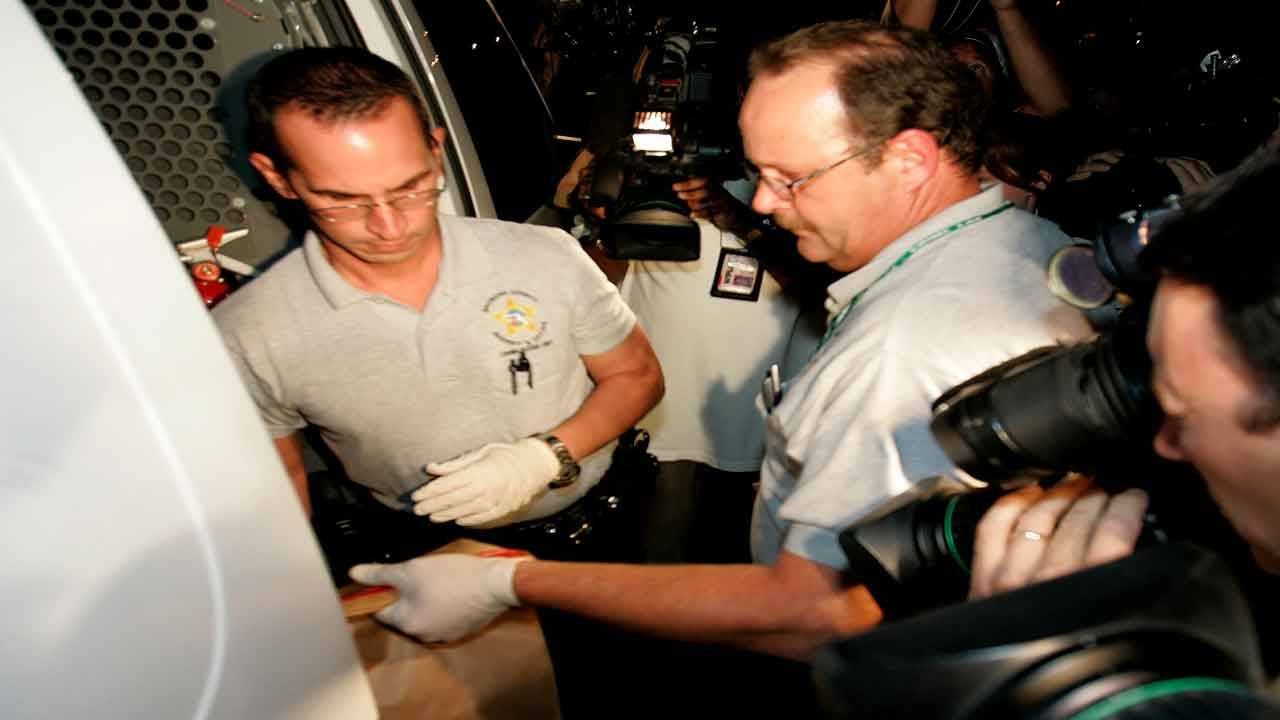 BSO detectives collect evidence from Anna Nicole Smith's hotel room, Feb. 8, 2007