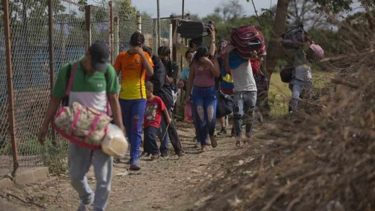 Venezuelans illegally cross into Colombia