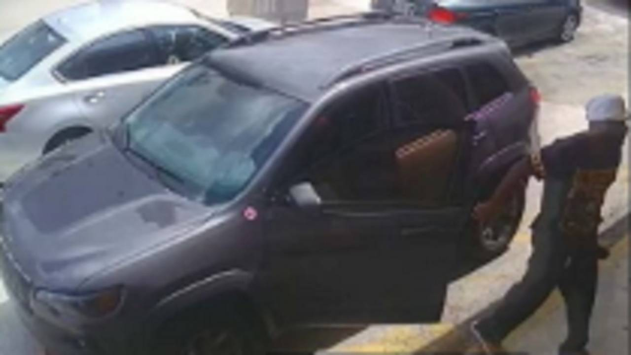 thief getting out of Jeep outside Metro PCS store in Pembroke Pines
