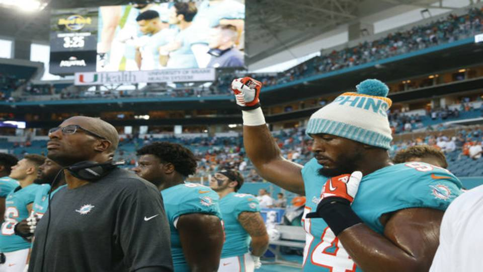 Dolphins DE Robert Quinn raises fist during anthem
