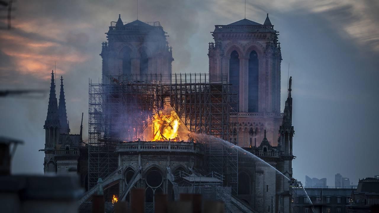Notre Dame fire at dusk69841399-75042528