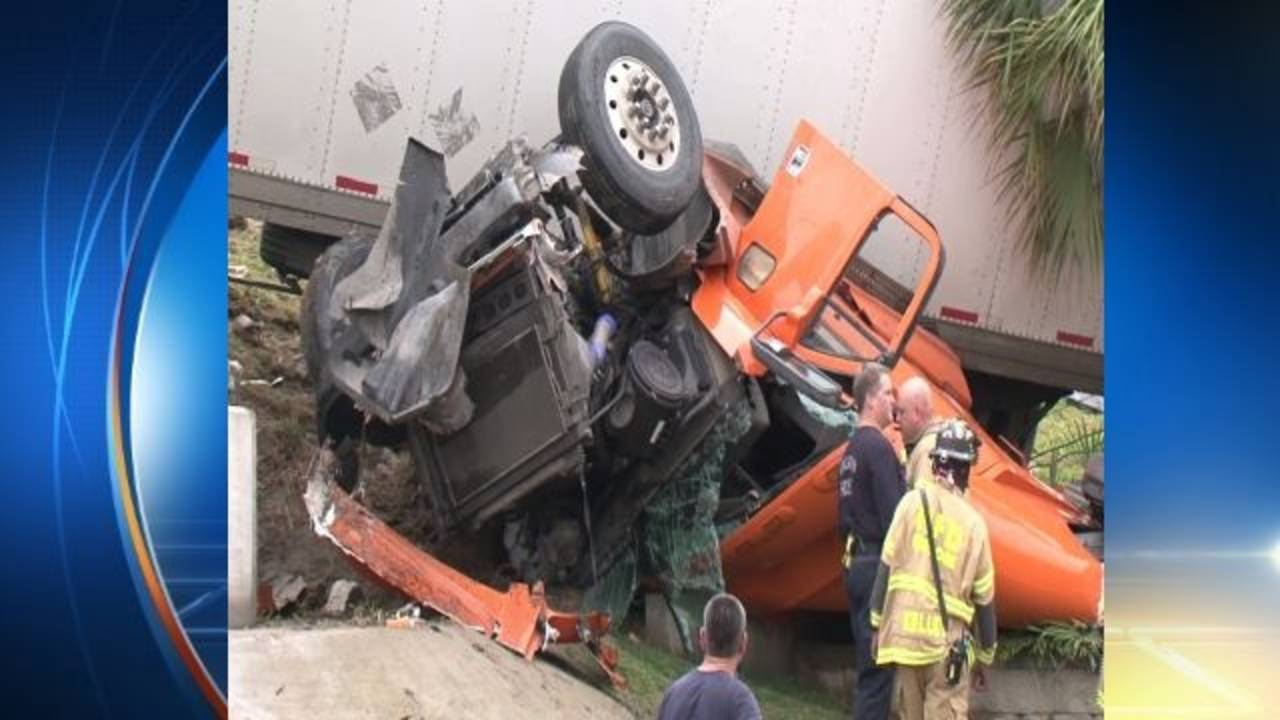 18-wheeler loses control on 610 South Loop, closes feeder