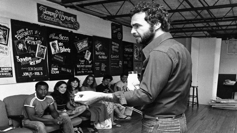 Burt Reynolds teaches acting classes to students in Jupiter 1980