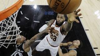 LeBron gets 30,000 career points, but Spurs beat slumping Cavs 114-102