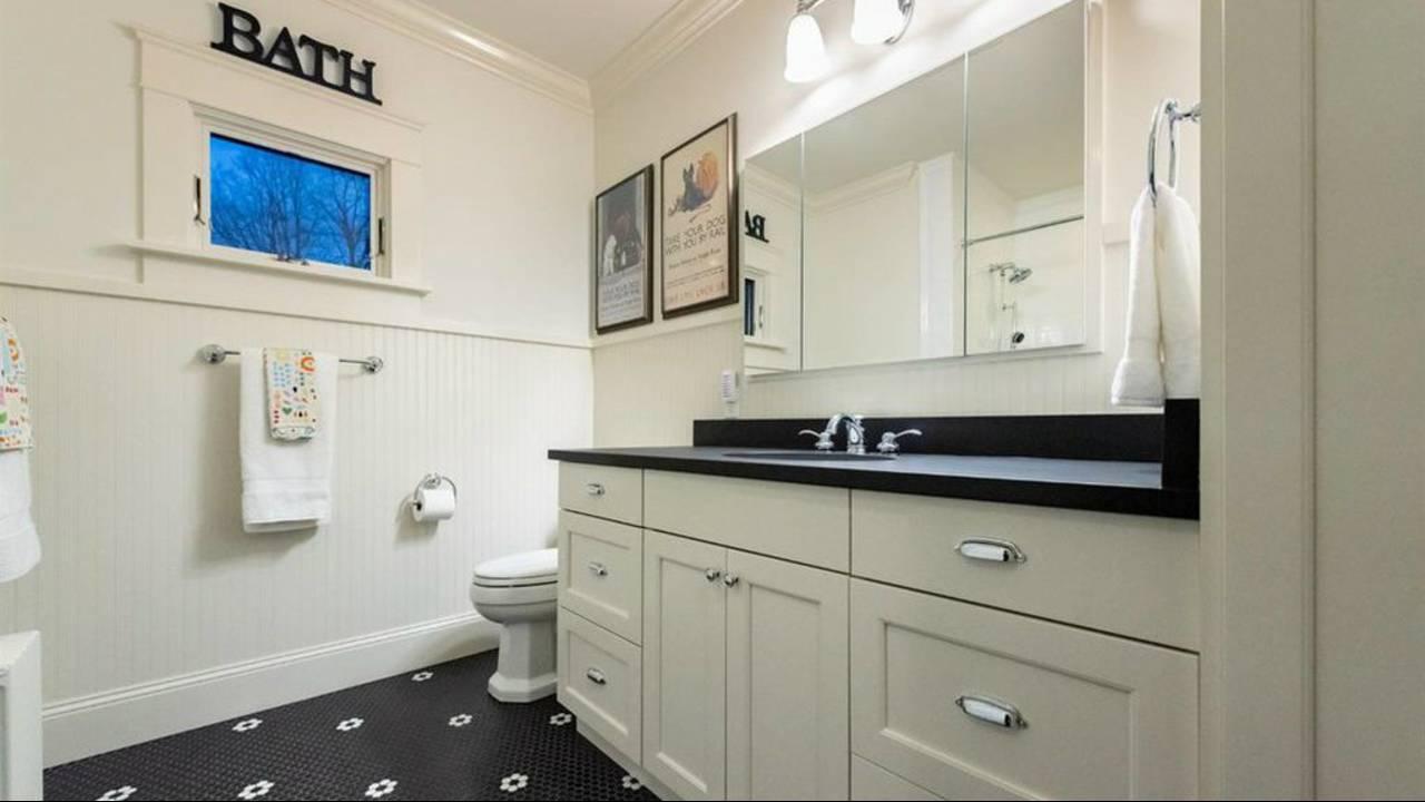 911 Olivia Ave. bathroom