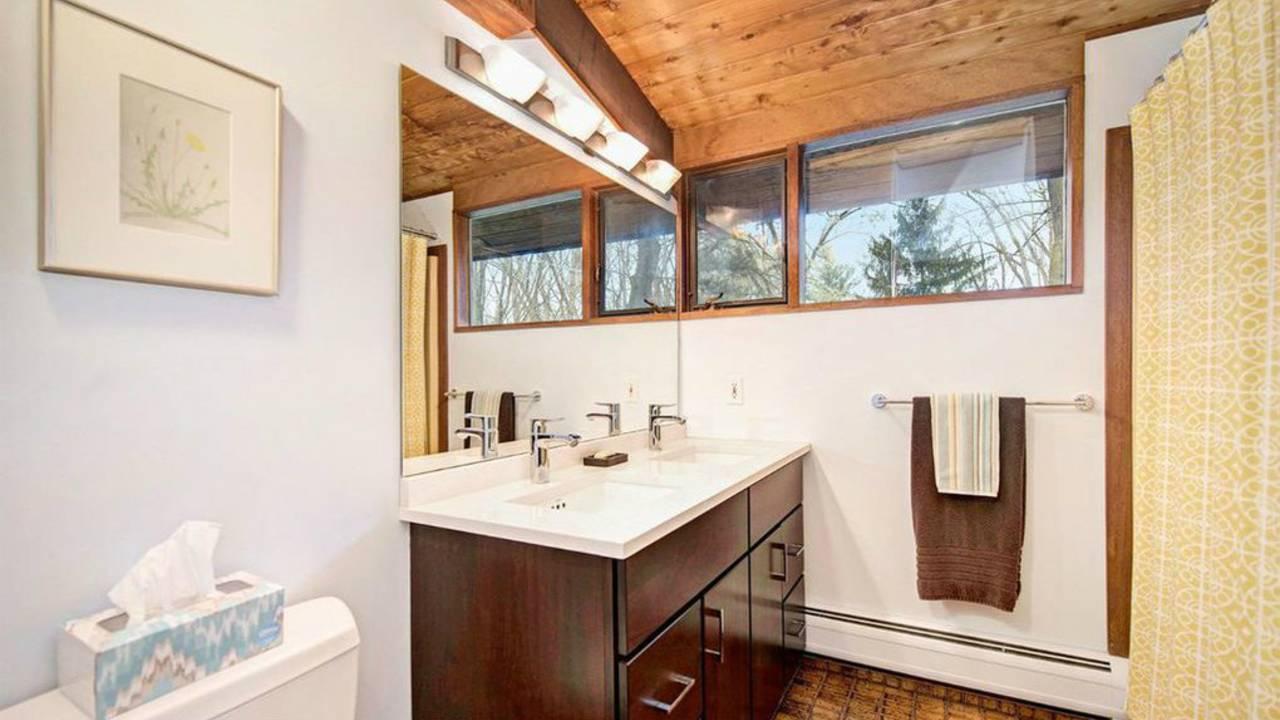 4194 Thornoaks Dr bathroom
