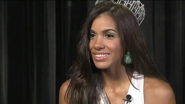 Linette De Los Santos wearing crown
